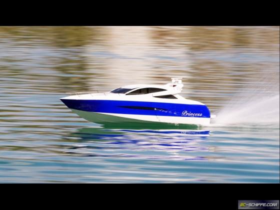 Princess-Yacht in voller Fahrt . . .