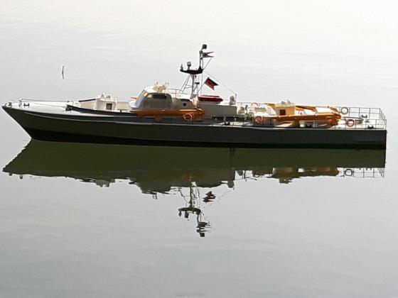 Torpedoboot Dachs wartet auf seinen Einsatz auf dem Dorfteich Elsen