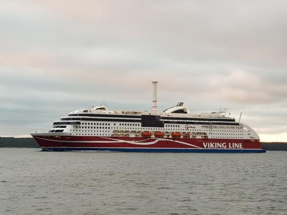 Viking Grace passiert auf dem Weg von Turku nach Stockhom die Stella von Finferries