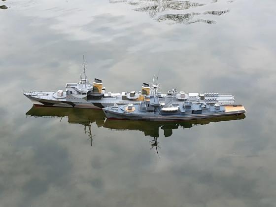 Flottentorpedoboot und Minensucher im Päckchen