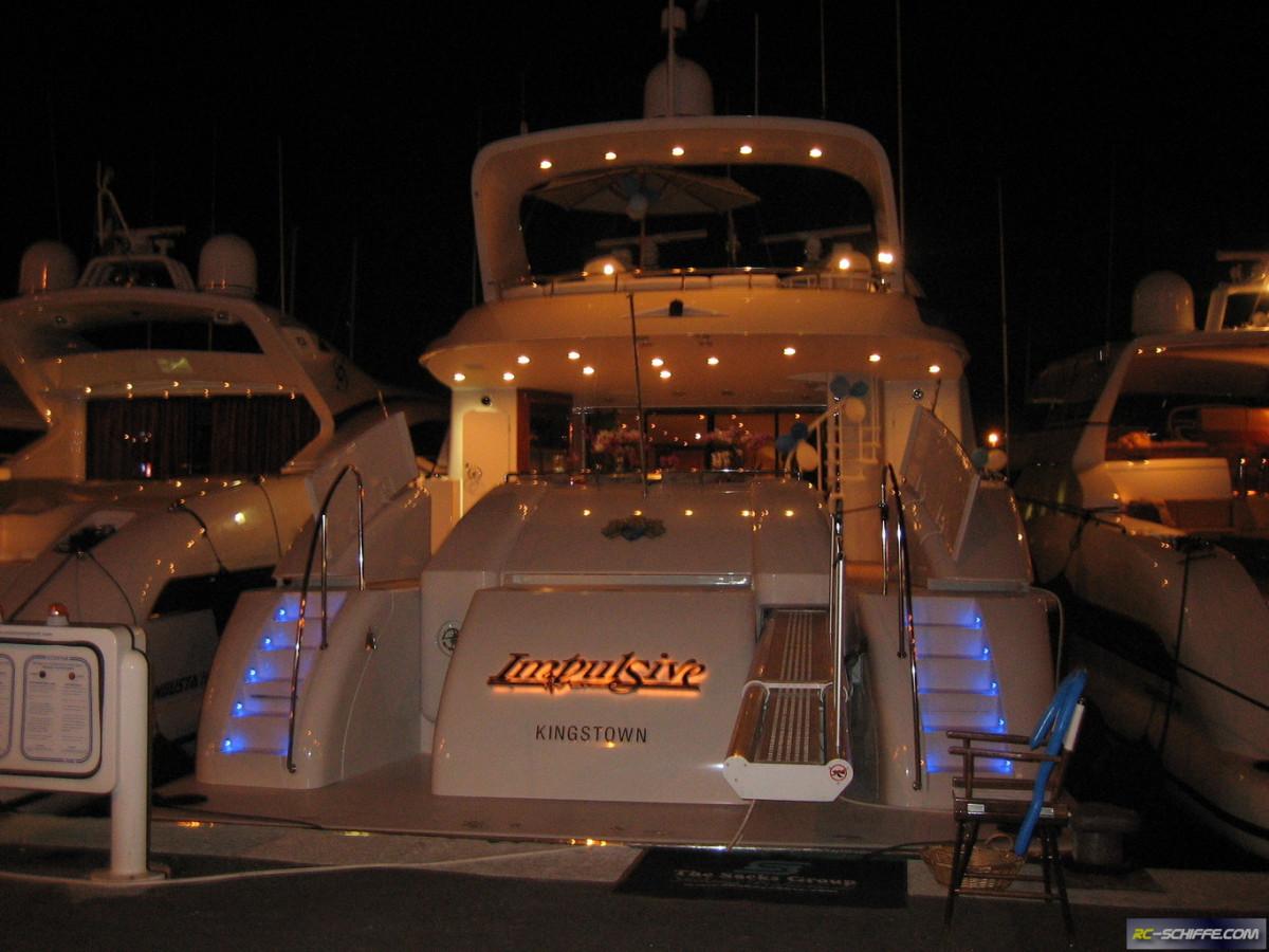 Schwesterschiff Impulsive bei Nacht